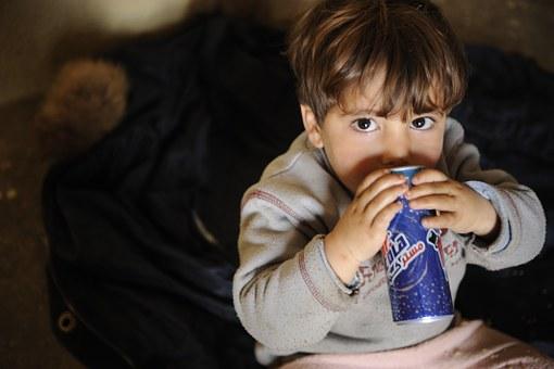 filtracion-de-agua-beben-nuestros-hijos-suficiente-agua-chico-con-refresco