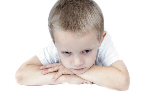 filtracion-de-agua-beben-nuestros-hijos-suficiente-agua-chico-triste