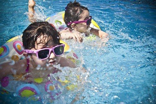 filtracion-de-agua-el-cloro-beneficio-o-maldicion-nenas-en-la-piscina