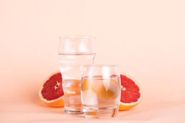 filtracion-de-agua-es-posible-adelgazar-con-agua-arreglo-naranja-roja-vasos-agua